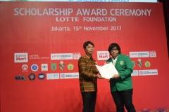 mahasiswa ABANAS sedang menerima penghargaan beasiswa