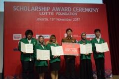 mahasiswa ABANAS yang menerima penghargaan beasiswa