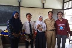 Foto bersama - mahasiswa FIKES UNAS, guru dan siswa-siswi