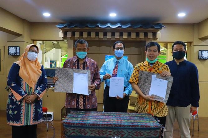 Penandatanganan kerjasama tiga pihak antara Fakultas Ekonomi dan Bisnis Prodi Akuntansi oleh Dekan FEB Dr. Suryono Efendi, S.E.,M.M. dan PT. Bebas Akuntansi Sistem dan Future Works Corp.