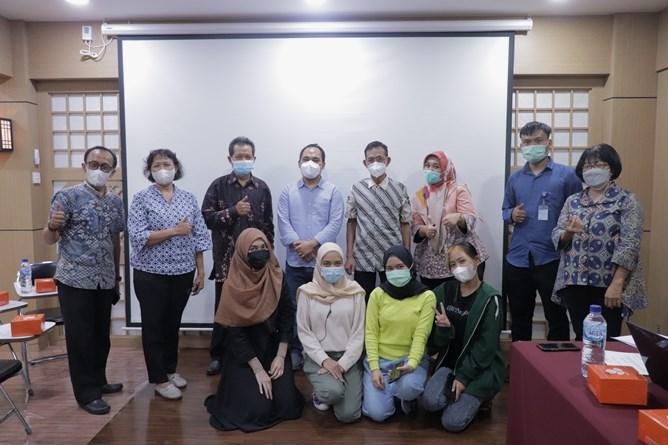 Foto bersama dari Dit. Belwama, Dosen, KKI, dan mahasiswa pada pelaksanaan Monitoring & Evaluasi Implementasi Bantuan Pemerintah Program Kredit Transfer Internasional 2021