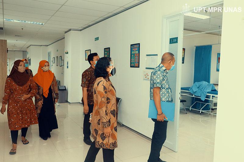 Ketua Dinas Kesehatan Kepulauan Tanimbar dr. Edwin Tomasoa melakukan pengecekan fasilitas yang ada di FIKES didampingi dosen FIKES pada Kamis, (8/10) di gedung menara dua Unas, Ragunan, Jakarta.