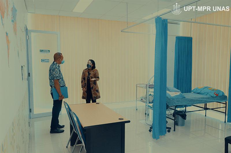 Pengecekan fasilitas FIKES UNAS oleh Ketua Dinas Kesehatan Kepulauan Tanimbar dr. Edwin Tomasoa didampingi dosen FIKES