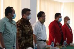Para dosen sedang menyanyikan lagu Indonesia Raya dan Mars Unas dalam pembukaan kegiatan