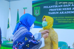 Penyematan pin oleh Dekan Fakultas Ilmu Kesehatan Dr. Retno Widowati, M.Si. dalam acara pelantikan dan angkat sumpah profesi ners angkatan I tahun akademik 2020/2021, pada Sabtu 09 Januari 2021