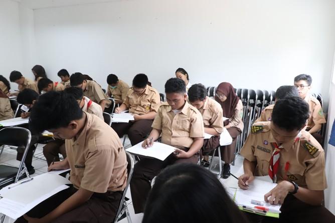 Konsentrasi - para peserta OSN fokus mengerjakan soal yang diberikan (1)