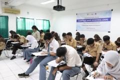 Konsentrasi - para peserta OSN fokus mengerjakan soal yang diberikan (2)