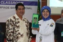 Pemberian plakat oleh wakil rektor bidang akademik Prof. Dr. Iskandar Fitri, S.T., M.T. kepada perwakilan suku dinas