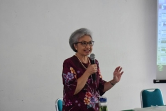 Ketua P4M Dr. Diana Fawzia, M.A. Saat menjelaskan tentang Desa Cibadak didepan Audience (2)