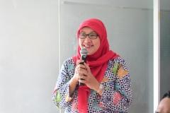 Dekan Fikes Dr. Retno Widowati, M.Si. Saat Bertanya