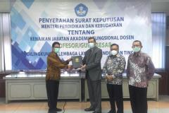 Penyerahan Surat Keputusan (SK) pengangkatan guru besar oleh Kepala LLDikti Wilayah III, Prof. Dr. Agus Setyo Budi, M.Sc. (kiri) kepada Prof. Dr. Drs. Adjat Darajat, M.Si. (tiga dari kanan) yang disaksikan oleh Wakil Rektor Bidang Akademik, Kemahasiswaan dan Alumni Dr. Suryono Efendi, S.E., M.B.A., M.M. (kanan) dan Wakil Rektor Bidang Administrasi Umum, Keuangan dan SDM Prof. Dr. Eko Sugiyanto, M.Si. (dua dari kanan) di Kopertis Wilayah III Jakarta, Kamis (6/5).