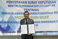 Prof. Dr. Drs. Adjat Darajat, M.Si. menerima surat keputusan pengangkatan jabatan akademik/fungsional dosen nya sebagai Profesor/ guru besar bidang Ilmu Administrasi Negara di Kopertis Wilayah III Jakarta, Kamis (6/5).