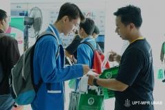 petugas Pameran ISTORA sedang melayani siswa
