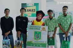 Foto  petugas Pameran ISTORA bersama siswa