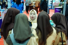 petugas Pameran sedang melayani siswi di Istora Senayan