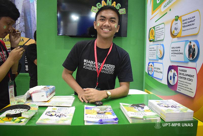 Petugas PPMB saat pameran di JCC