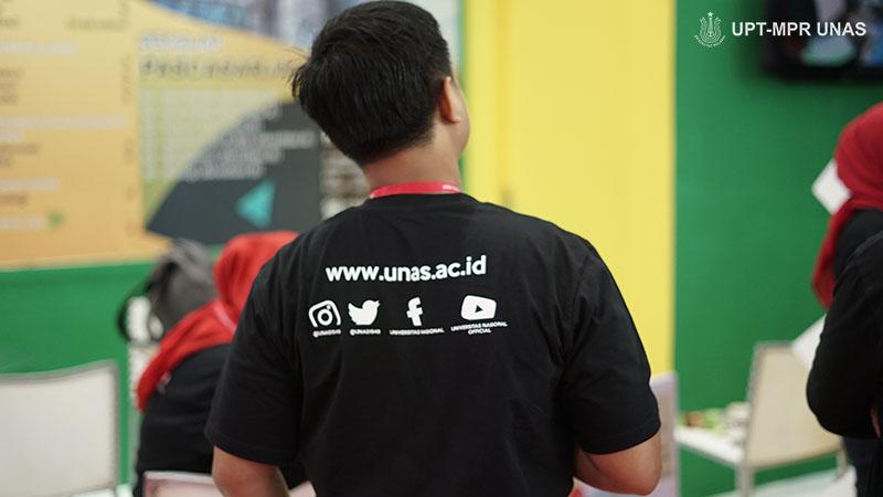 petugas pameran saat di JCC