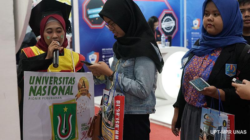 Petugas pameran saat menjelaskan tentang UNAS kepada customer