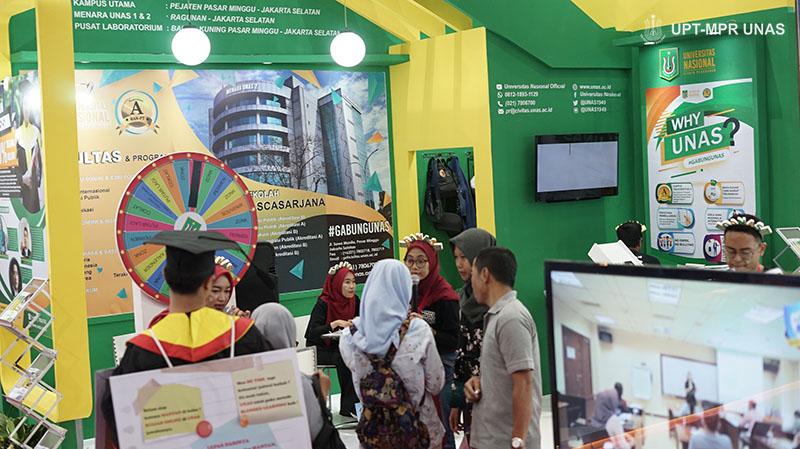 Petugas pameran (UNAS) saat melayani customer yang datang ke stand UNAS