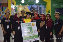 Foto bersama petugas pameran JCC