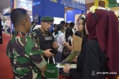 Customer (TNI) menanyakan prihal UNAS kepada petugas pameran