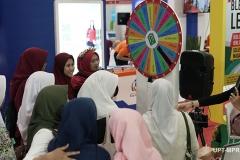 Petugas pameran saat bermain games saat pameran di JCC