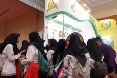 keramaian siswa siswi SMA di depan stand UNAS