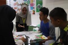 peserta didik sedang dijelaskan materi oleh panitia pameran UNAS