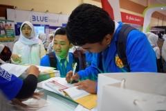 peserta didik sedang mengisi daftar hadir di pameran JCC