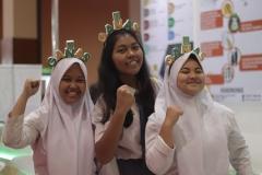 siswa siswi SMA mengenakan atribut UNAS