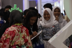 siswa siswi SMA sedang mengisi daftar hadir di stand UNAS