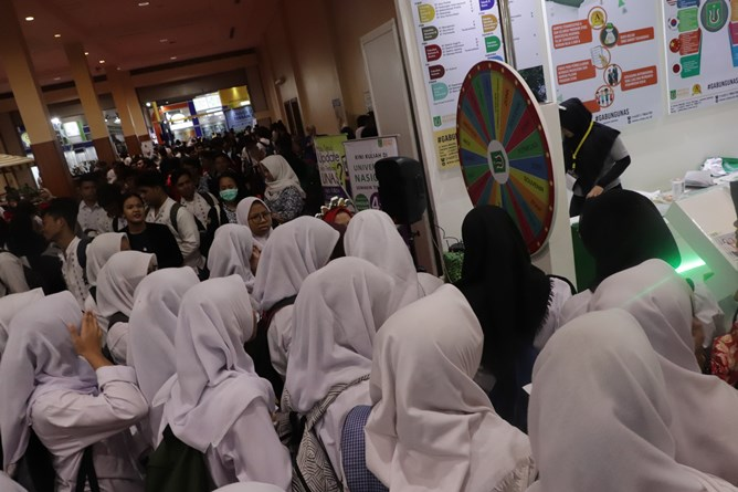 para siswa siswi sedang mengantre untuk bermain games di stand UNAS