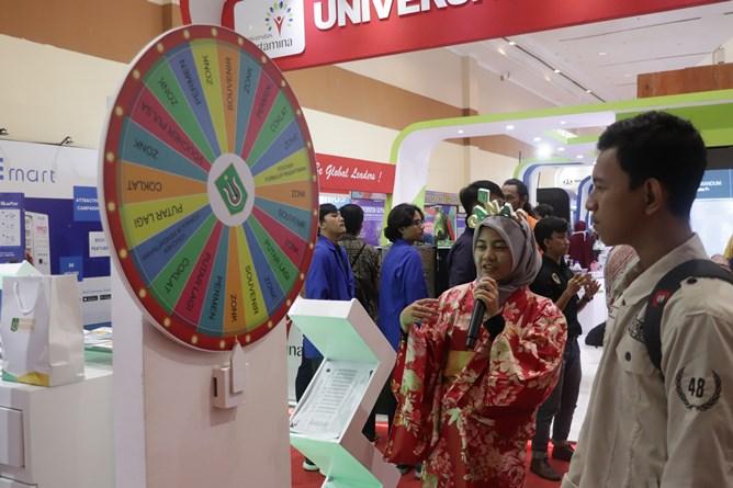 pengunjung sedang bermain games wheel of fortune