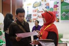 panitia UNAS sedang menjelaskan kepada pengunjung stand