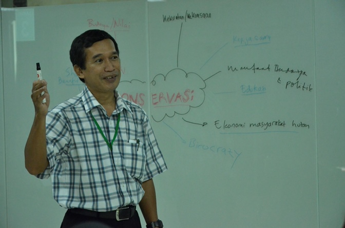 Pak Tatang mengisi materi dalam grup diskusi