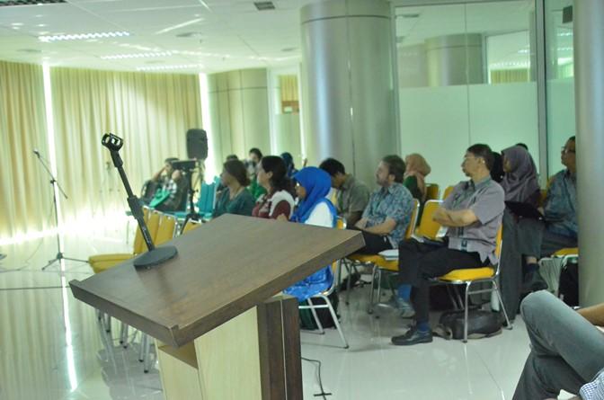 peserta sedang mendengarkan seminar