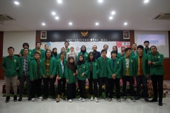 foto bersama pengurus dan anggota himpunan mahasiswa ilmu politik