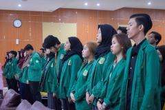 para mahasiswa sedang menyanyikan lagu Indonesia Raya