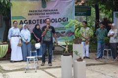 Unas_Narasumber saat presentasi tentang tanaman bonsai