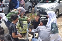 Unas_peserta mencoba menanam bonsai