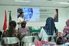 instruktur-sedang-menjelaskan-materinya-kepada-peserta-pelatihan