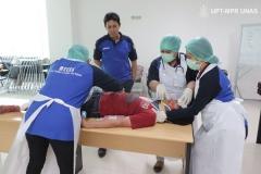 mahasiswa-secara-berkelompok-melakukan-pelatihan-btcls