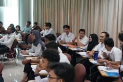 para peserta pelatihan sedang mendengarkan instruktur