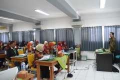 para peserta pelatihan sedang mendengarkan materi
