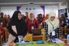 peserta sedang menyanyikan lagu indonesia raya