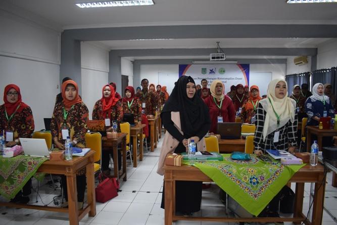 peserta sedang khidmat menyanyikan lagu indonesia raya