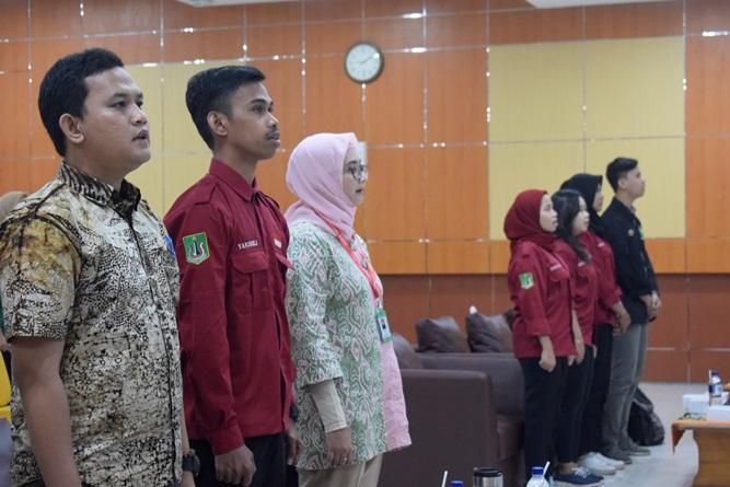 Dosen dan mahasiswa saat menyanyikan Indonesia raya