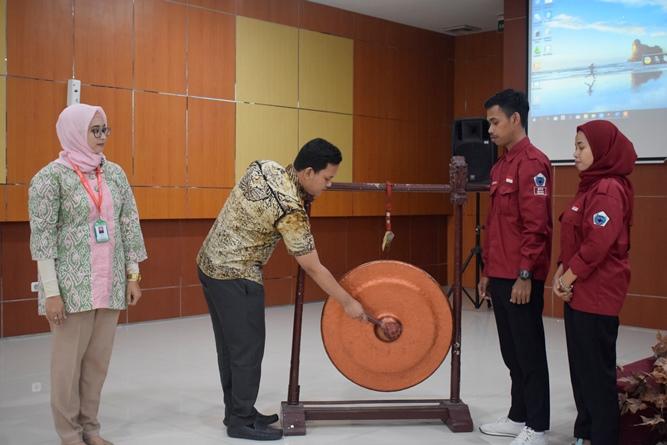 Prosesi pembukaan acara LKMM yang dilakukan oleh Ketua Program Studi Ilmu Keperawatan Ns. Dayan Hisni, S.Kep., M.N.S (batik tengah) dengan pemukulan gong pada Jum'at (20/7)