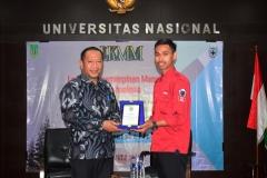 Kepala Biro Administrasi Kemahasiswaan Kamaruddin Salim, S.Sos.,M.Si. (kiri) menerima cinderamata oleh Ketua Umum Himpunan Mahasiswa Keperawatan Yakobus ahufruan (kanan)