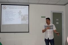 Instruktur memberikan penjelasan tentang penanganan terhadap pasien kepada peserta